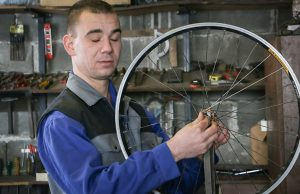 slijepi_mladic_popravlja_bicikle_zoran_simic_3